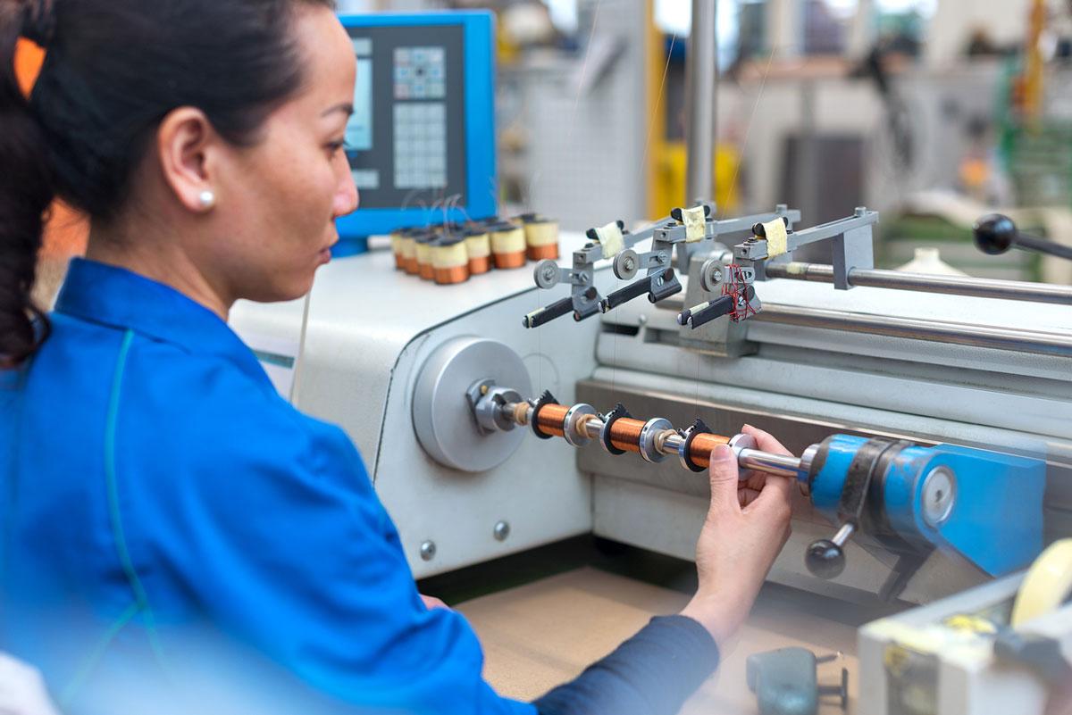 Imagebild von Bächli zeigt Mitarbeitende bei ihrer Arbeit
