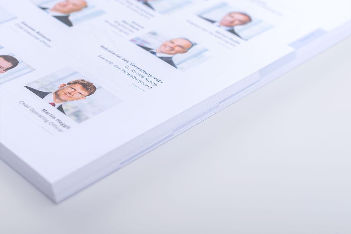 Seite mit Portraitaufnahmen im gedruckten Geschäftsbericht von PSP