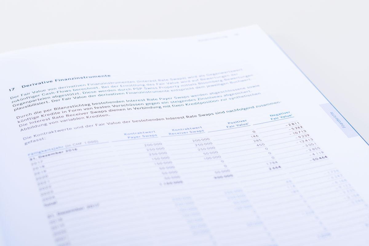 Tabelle in einem geöffneten Geschäftsbericht von PSP