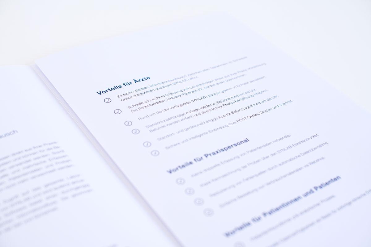 Aufgeschlagene Sylex Broschüre mit dem neuen Corporate Design von Synlab umgesetzt