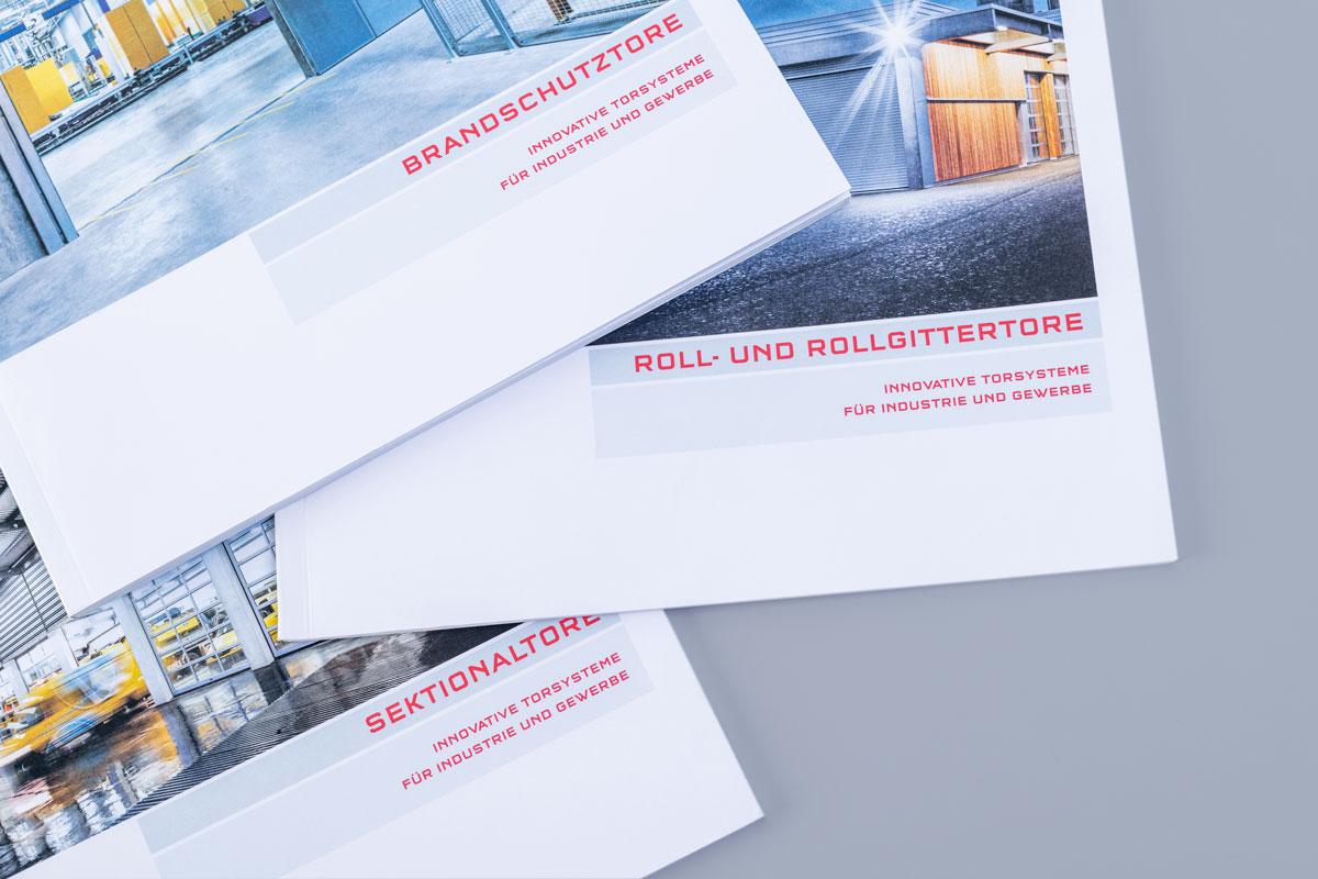 Detailansicht verschiedener Wolfisberg Broschüren im neuen Corporate Design